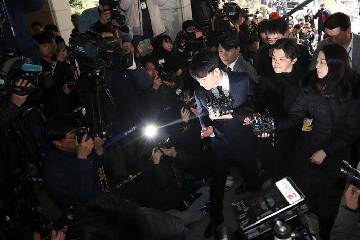 'Sao' K-pop bị tẩy chay đồng loạt do lạm dụng phụ nữ