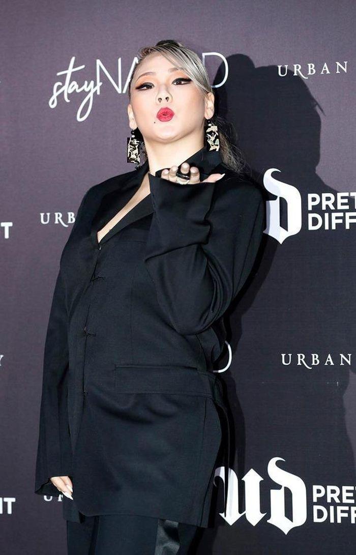CL xuất hiện béo ú, trang điểm 'mặt bự phấn' tại sự kiện