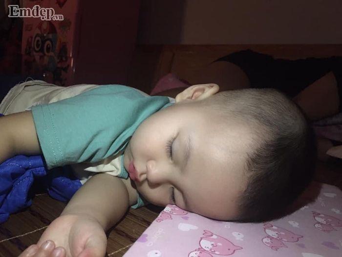 Thời gian đầu khi luyện ngủ, bé Gấu còn khóc nhiều lần, chưa hợp tác (Ảnh: NVCC)