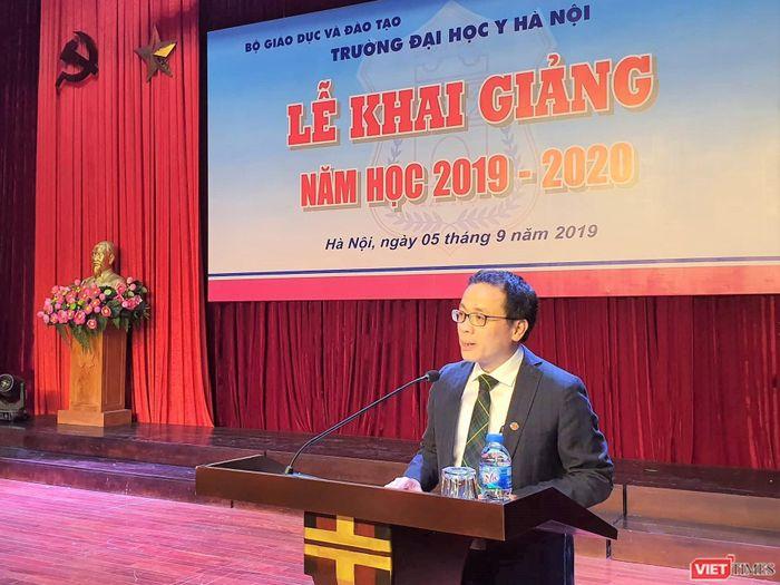 Bộ trưởng Bộ Y tế tặng học bổng cho 5 tân sinh viên nghèo học giỏi