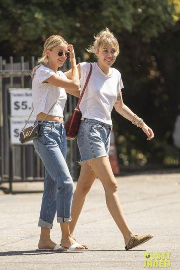 Miley Cyrus và bạn gái tin đồn tay trong tay trên đường phố New York