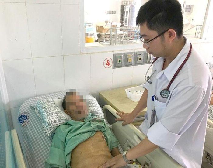 Cứu sống cụ ông 78 tuổi bị cả bức tường gạch đè vào người