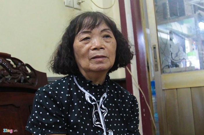 Bà Võ Thị Ngọc Liên, chủ nhân ngôi nhà nằm giữa giao lộ Lũy Bán Bích - Âu Cơ - Ba Vân, quận Tân Phú (TP.HCM). Ảnh: Văn Nguyện.