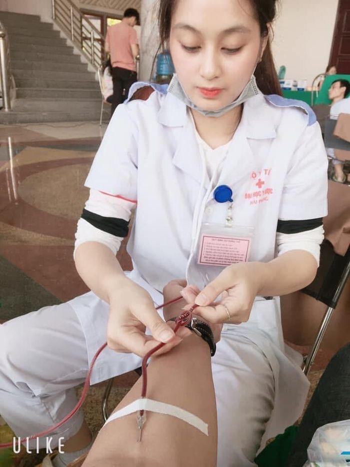 'Hôn mê' trước nhan sắc nữ y tá xinh đẹp hiến máu nhân đạo