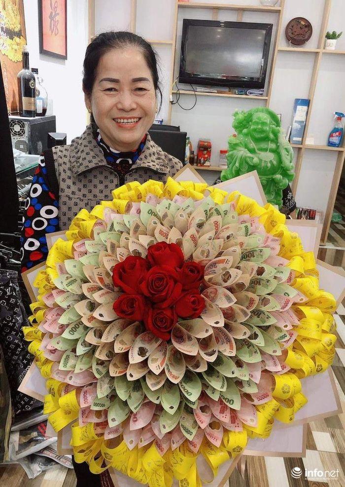 Độc đáo bó hoa bằng tiền thật của chàng trai trẻ tặng mẹ ...