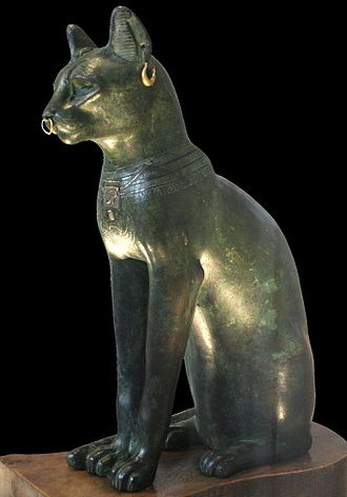 Vì sao thần Bast thường gắn với hình ảnh con mèo kề bên?