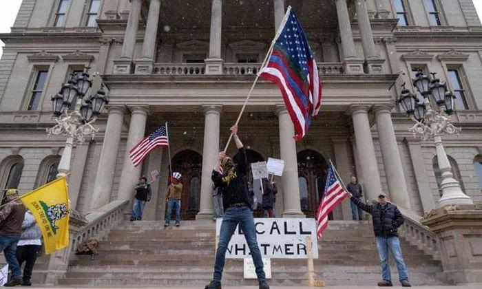 Người biểu tình mang súng phản đối lệnh cấm ra đường ở bang Mỹ