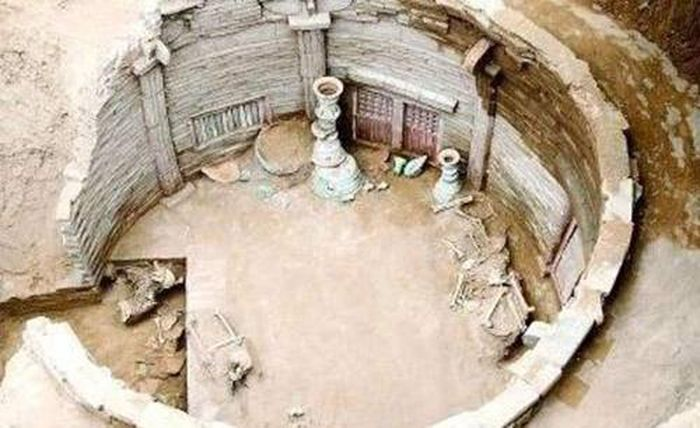 Ngôi mộ cổ vừa khai quật, chuyên gia đã hét lên 'phong tỏa ngay chỗ này'