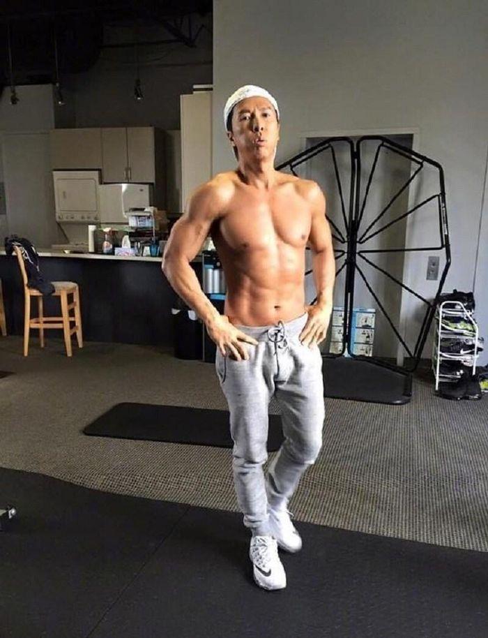 Chân Tử Đan ở tuổi 57: Cơ bắp cuồn cuộn, 6 múi, trai tráng thua xa