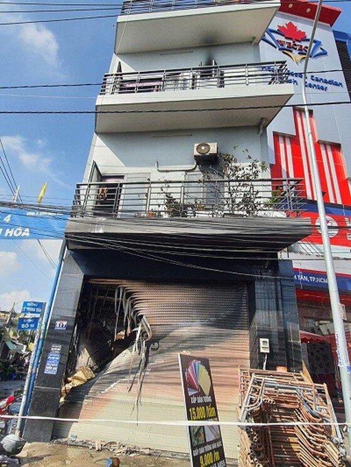 Giải cứu 7 người bên trong căn nhà 2 tầng bốc cháy ở TP.HCM