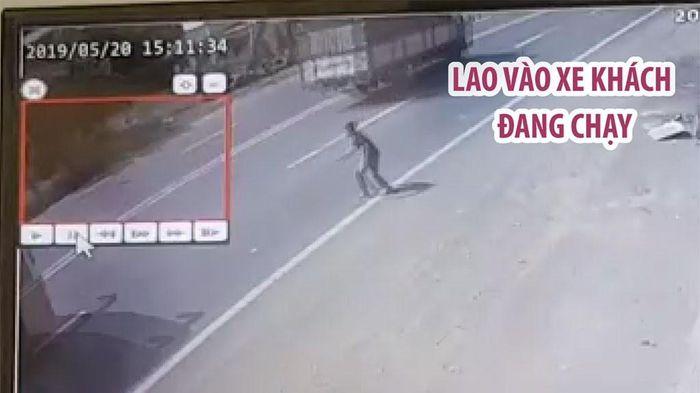 Người đàn ông bất ngờ lao vào xe khách đang chạy trên Quốc lộ 14