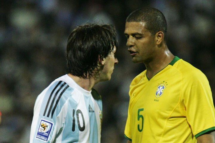 Tiền vệ Brazil tiết lộ chiêu trò triệt hạ Messi