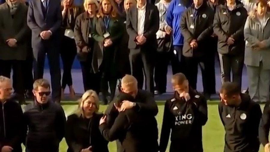Giây phút các thành viên của Leicester City tưởng niệm Chủ tịch Vichai