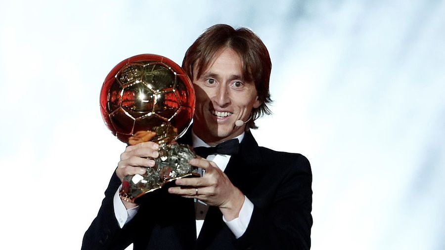 Khoảnh khắc Luka Modric phá thế độc tôn của Ronaldo - Messi, nhận Quả bóng vàng
