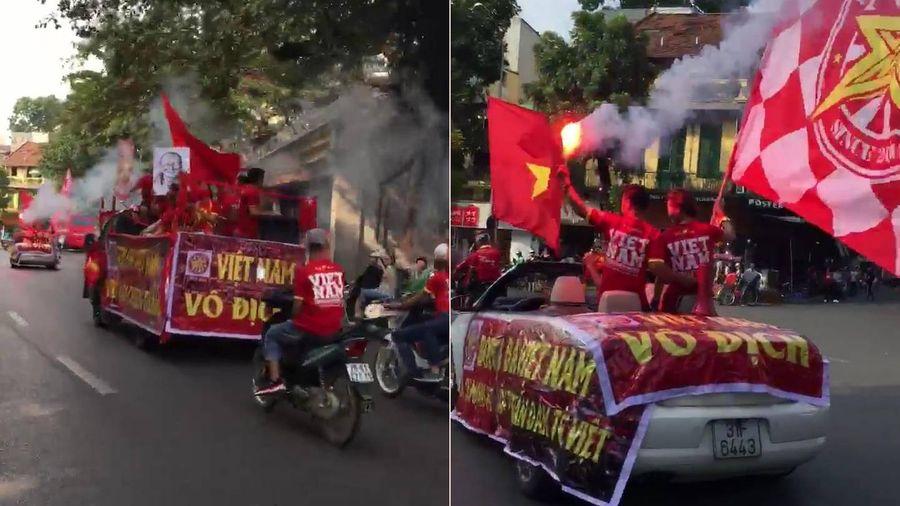 Clip: CĐV hừng hực khí thế, diễu hành cổ vũ tuyển Việt Nam trước giờ G