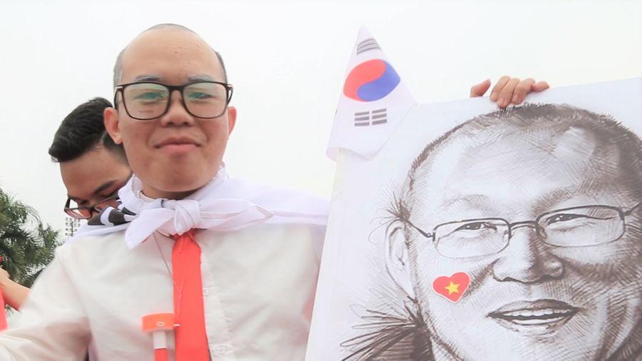 CĐV hóa trang thành HLV Park Hang-seo gây chú ý tại sân Mỹ Đình