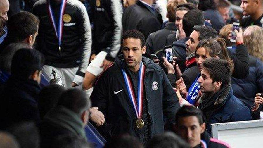 Neymar bị treo giò dài hạn vì tát vào mặt CĐV